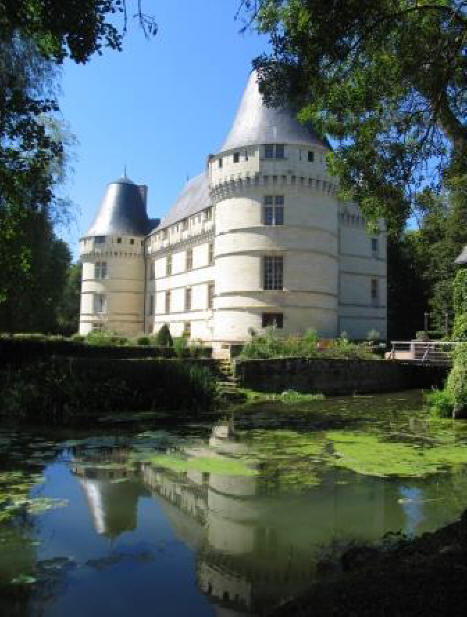 Chateau del'Islette reflecting on th river Indre